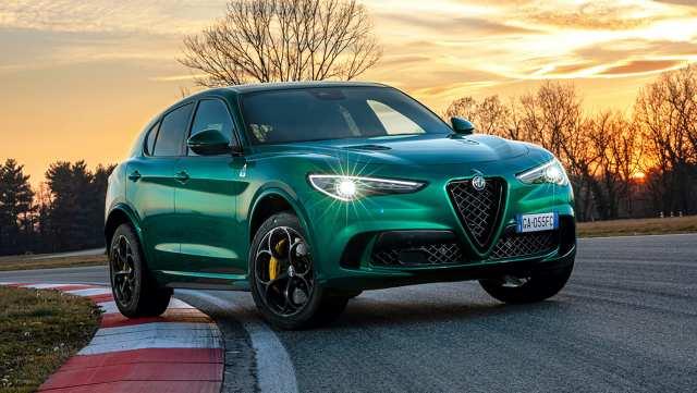 Alfa Romeo Stelvio Quadrifoglio 2020   W Stelvio 2020 dodano także szereg nowych systemów bezpieczeństwa, w tym asystenta utrzymania pasa ruchu, aktywnego asystenta martwego pola, aktywny tempomat, asystenta jazdy w korku i asystenta autostrady - te trzy ostatnie elementy zostały po raz pierwszy systemowo połączone ze sobą, aby umożliwić półautonomiczną funkcję jazdy na poziomie 2.  Fot. Alfa Romeo