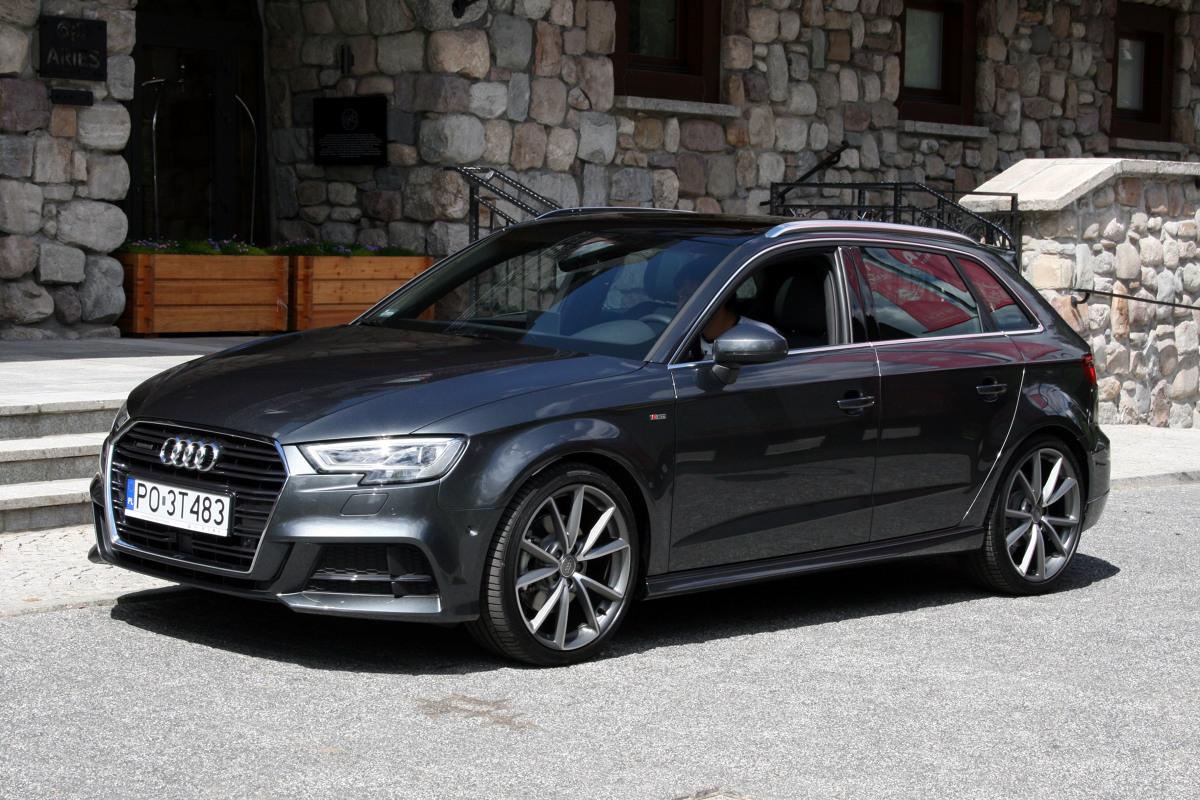 """Audi A3   Mówiąc o technice trzeba przede wszystkim wspomnieć o nowym silniku 1.0 TFSI, trzycylindrowym przedstawicielu nurtu zwanego """"downsizingiem"""". To bardzo nowoczesna, niewielka i lekka konstrukcja o wysokiej wydajności. Przy mocy maksymalnej 115 KM legitymuje się teoretycznym zużyciem paliwa 4,5 l/100 km.   Fot. Dariusz Dobosz"""