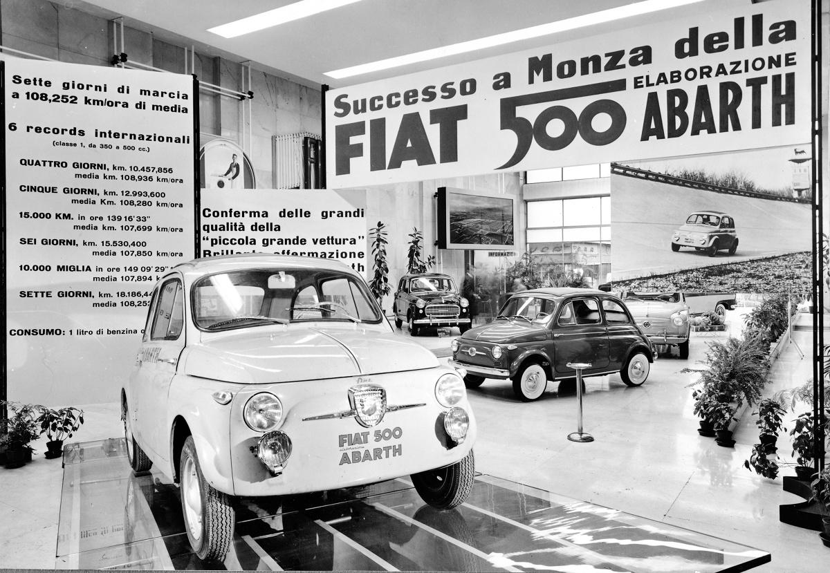 """Fiat 500  """"Pięćsetka"""" zadebiutowała latem 1957, ale została przyjęta chłodno. Dopiero następna wersja, z listopada, wyposażona w mocniejszy, 15-konny silnik rozkręciła sprzedaż. W 1958 pojawił się 500 Sport o mocy 21,5 KM, zdolny rozpędzać się w sprzyjających warunkach do 105 km/h. Swą wartość potwierdził, zajmując całe podium plus czwarte miejsce w swojej klasie w 12-godzinnym wyścigu na torze Hockenheim.  Fot. Fiat"""