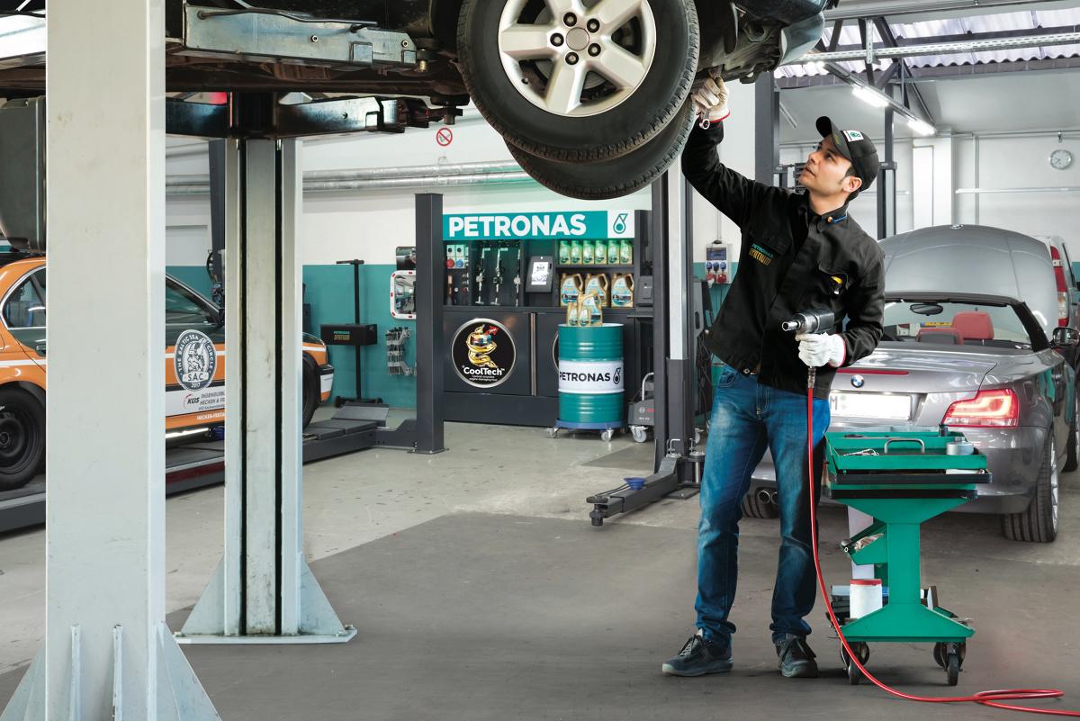 27% kierowców nie wie, jakim olejem zalany jest silnik użytkowanego przez nich samochodu – tak wynika z badania, które na zlecenie marki Petronas przeprowadził Instytut ARC Rynek i Opinia. Na szczęście z pomocą przychodzą mechanicy – aż 71% ankietowanych deklaruje, że właśnie od nich czerpie wiedzę o olejach.  Fot. Petronas