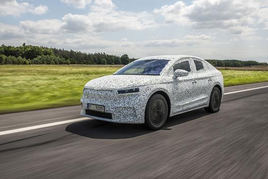 Skoda Enyaq iV Coupe   Nowy elektryczny SUV Enyaq iV zanotował bardzo udany debiut na rynku. Dotychczas w całej Europie zamówiono już około 70 000 egzemplarzy tego modelu. Teraz Skoda przedstawia, na razie w zakamuflowanym wydaniu, kolejny wariant nadwozia, który będzie dostępny dla całkowicie elektrycznego SUV-a – to Skoda Enyaq Coupe iV.   Fot. Skoda