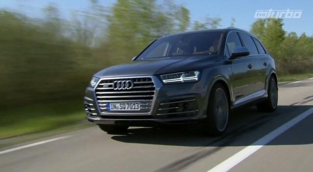 """Audi SQ7  Sportową wersję napędza wysokoprężny silnik 4.0 V8 z dwiema turbosprężarkami oraz elektrycznym kompresorem. Zapewnia on osiągnięcie """"setki"""" w zaledwie 4,9 sekundy. Prędkość maksymalna została elektronicznie ograniczona do 250 km/h, jednak za dodatkową opłatą limit ten można przesunąć nawet o 30 km/h.  Fot. TVN Turbo / x-news"""