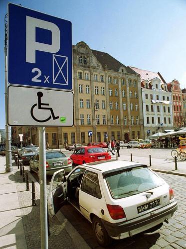 Fot. Tomasz Gola: Miejsca parkingowe dla inwalidów wyznaczają władze miasta. Nie zawsze jednak korzystają z nich niepełnosprwani.