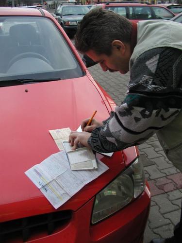 """Przy sprzedaży samochodu warto pamiętać, że polisa OC """"przechodzi"""" na nabywcę i jest ważna do końca okresu na jaki została zawar"""