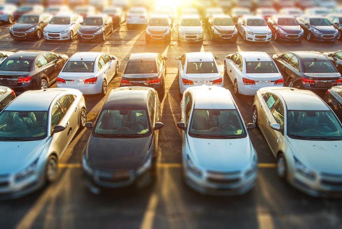 Każdy przedsiębiorca korzystający z floty samochodowej w swojej firmie staje przed koniecznością jednoczesnej maksymalizacji zysków i minimalizacji strat. Takie działanie w pojedynkę może być bardzo trudne, jeśli nie wręcz niemożliwe – ciągłe nadzorowanie nawet kilku pojazdów jest niewykonalne. Z pomocą przychodzą firmy ubezpieczeniowe, w których ofercie znajdziemy szereg rozwiązań przeznaczonych właśnie dla użytkowników flot samochodowych.
