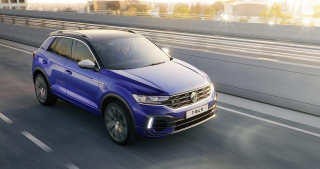 """Volkswagen T-Roc R   Od lat litera """"R"""" zdobi najbardziej sportowe wersje modeli Volkswagena. Topowa wersja – R – T-Roca uzupełnia ofertę bardzo popularnego SUV-a . Czterocylindrowy, turbodoładowany silnik 2.0 TSI generuje maksymalną moc 300 KM i maksymalny moment obrotowy o wartości 400 Nm.  Fot. Volkswagen"""