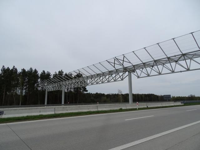 Nad dwoma odcinkami dróg ekspresowych, S3 pomiędzy Szczecinem i Gorzowem oraz S8 pomiędzy węzłami Wieluń i Złoczew można spotkać specjalne bramownice nad drogą pełniące funkcję przejść dla nietoperzy. To rozwiązania z lat 2010 i 2013, gdy oddawano do ruchu te odcinki dróg, jedne z pierwszych w Europie. Wcześniej podobne rozwiązanie testowano jedynie w Anglii, ale tam bramę zbudowano nad zwykłą, a nie nad wielopasmową, dwujezdniową drogą.   Fot. GDDKiA