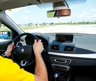 Bezpieczeństwo. Prawidłowe ułożenie rąk na kierownicy