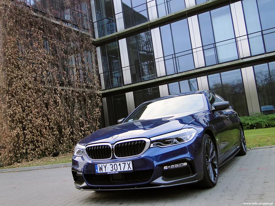 BMW 530e iPerformance  Hybrydowe BMW napędzane jest przez duet składający się z dwulitrowego silnika benzynowego o mocy 184 KM i momencie 320 Nm oraz silnika elektrycznego generującego moc 95 KM i moment 250 Nm. Sumaryczna moc wynosi 252 KM, natomiast moment aż 450 Nm.   Fot. Dariusz Wołoszka – Info-Ekspert