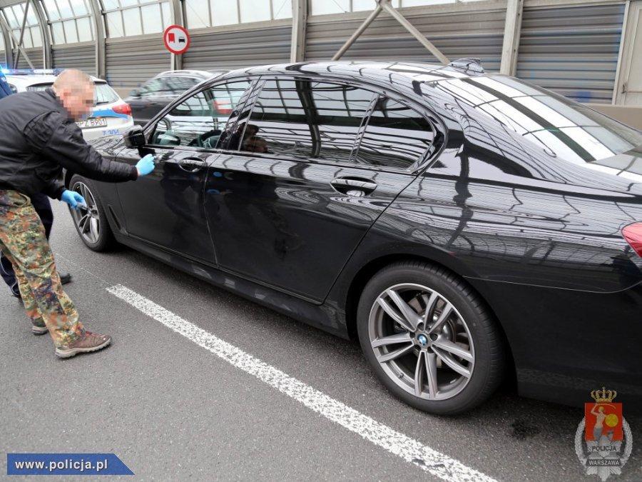 Natychmiastowa reakcja na informację pozwoliła odzyskać BMW przywłaszczone w Niemczech i zatrzymać do wyjaśnienia 33-letniego obywatela Rosji. Pojazd o wartości prawie 500 tys. zł został zabezpieczony na policyjnym parkingu, a sprawą 33-latka zajmą się specjaliści z wydziału do walki z przestępczością samochodową Komendy Stołecznej Policji / Fot. Policja.pl
