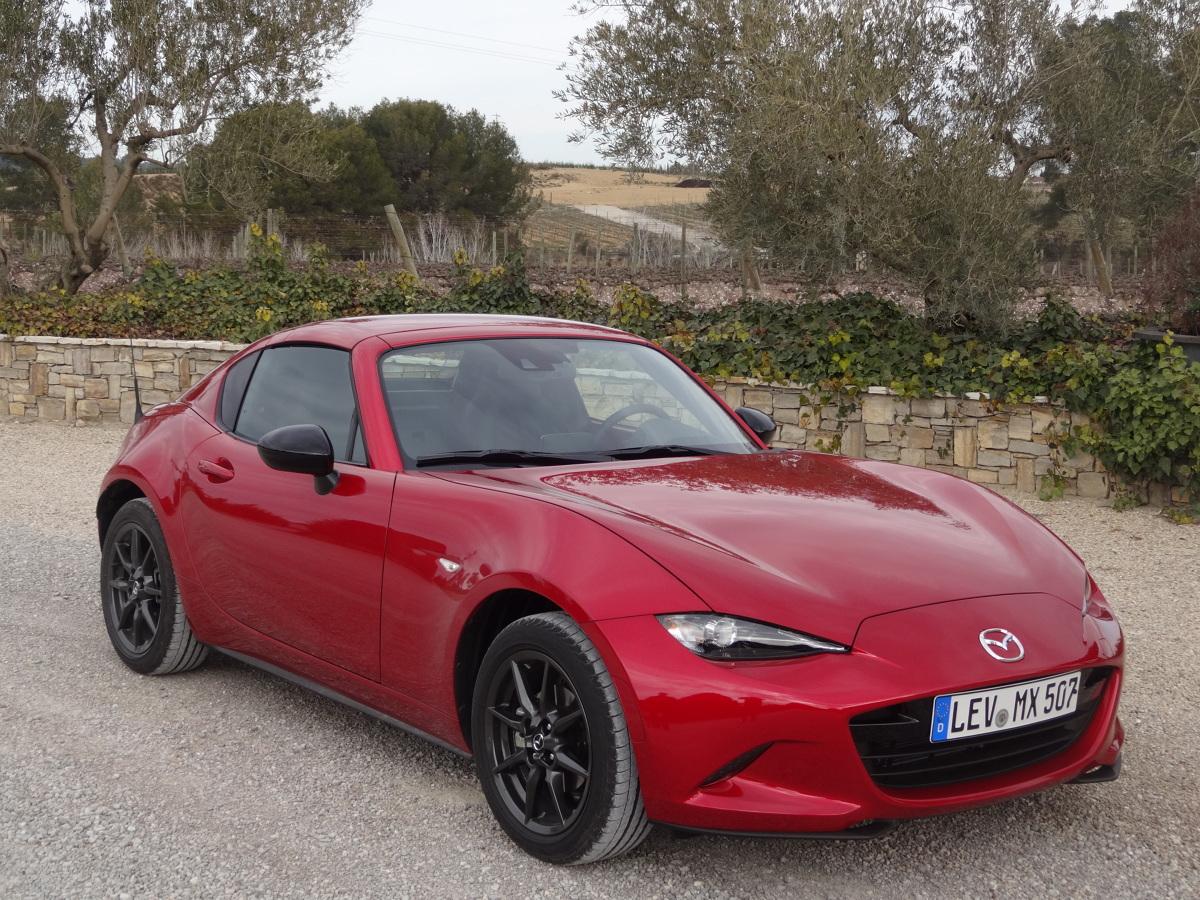 Mazda MX-5 RF.  Najpopularniejszy roadster na świecie, teraz oferowany jest także z automatycznie składanym, sztywnym dachem. W Polsce ceny nowej wersji japońskiego auta zaczynają się od 100 900 zł.  Fot. Tomasz Szmandra