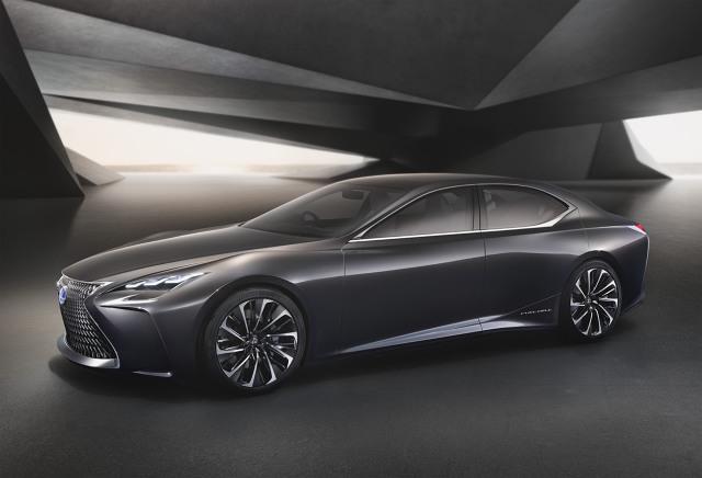 Przednie koła koncepcyjnego Lexusa mają własne silniki elektryczne – po jednym na każde koło. W ten nietypowy sposób uzyskano napęd na wszystkie koła. To rozwiązanie umożliwia precyzyjną kontrolę rozkładu momentu obrotowego / Fot. Lexus