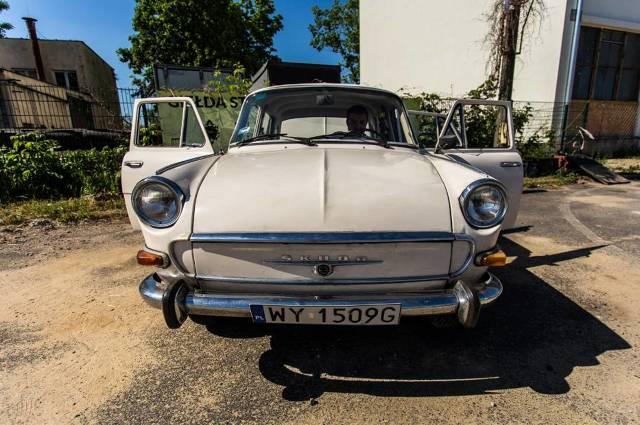 Klasyczne samochody, czyli wyprodukowane do roku 1990, ścigały się na warszawskiej Pradze. Już po raz drugi odbył się tam Rajd i Zlot Pojazdów Zabytkowych.  Fot. Damian Kujawa