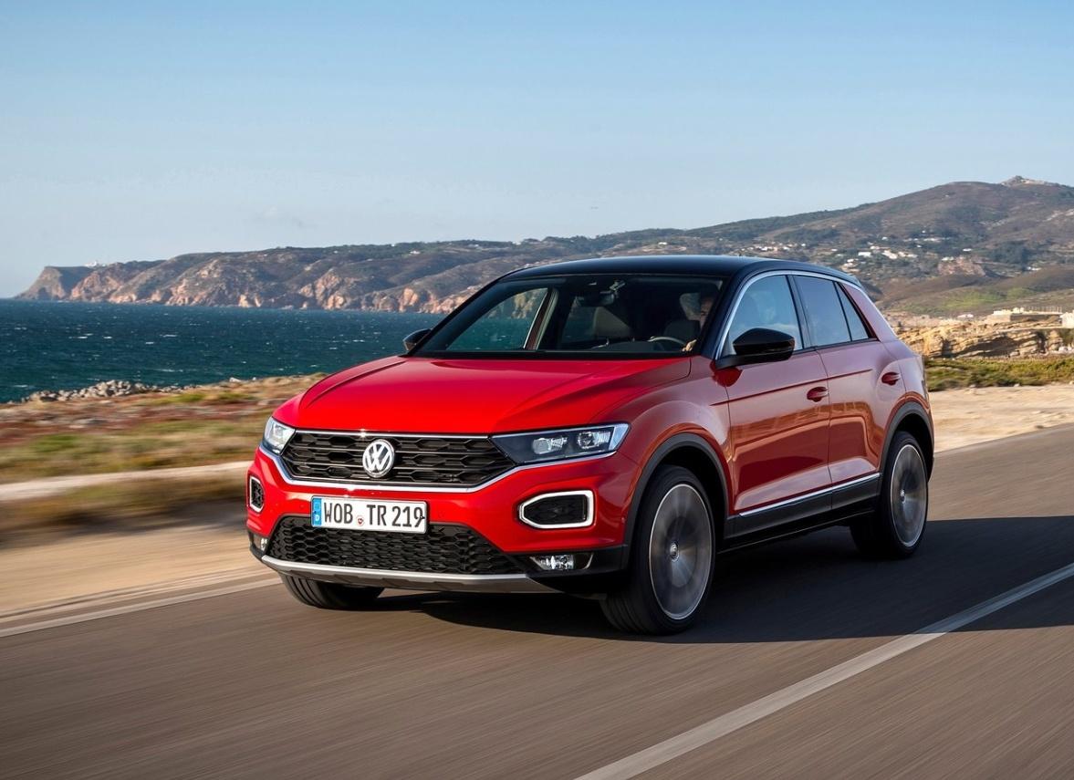 Oto kwintesencja nowoczesnej mody na rynku motoryzacyjnym. Miejski, kompaktowy crossover z małym silnikiem wspieranym przez turbosprężarkę. Jest ich na rynku bardzo dużo i trudno wybrać najlepszą propozycję. Porównajmy zatem jednego z liderów rankingu popularności – Toyotę C-HR – z pretendentem do tego tytułu, czyli Volkswagenem T-Roc. Do porównania wybraliśmy wersje z silnikami benzynowymi o podobnej mocy.   Fot. materiały producenta