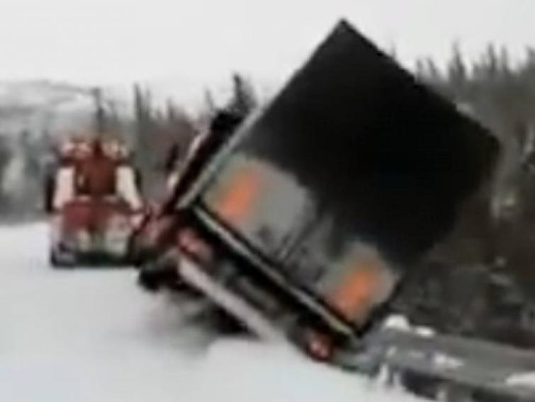 Zobacz jak wielka ciężarówka spada w przepaść. FILM