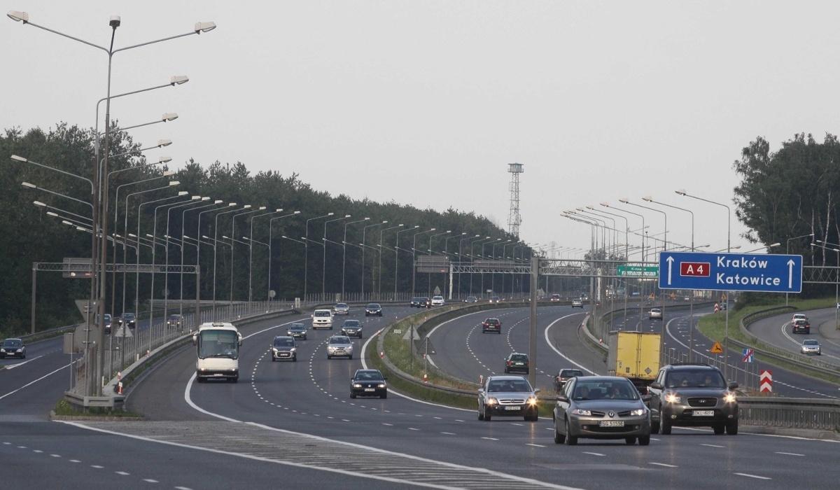 Stalexport Autostrada Małopolska, koncesjonariusz odcinka autostrady A4 Katowice - Kraków, zamierza od 1 października 2020 r. podnieść stawki opłat za przejazd pojazdów o dopuszczalnej masie do 3,5 tony. W ocenie GDDKiA wzrost stawek opłat jest niezasadny oraz uderzający bezpośrednio w kierowców i transport samochodowy.  Fot. Archiwum Dziennik Zachodni