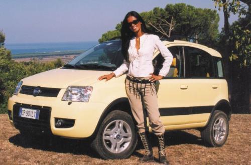 Fot. Zdzisław Podbielski: Fiat Panda 4x4 łatwo pokonuje nierówności drogi, egzemplarz pokazany na fotografii wspiął się na wysokość 5200 m w Himalajach.