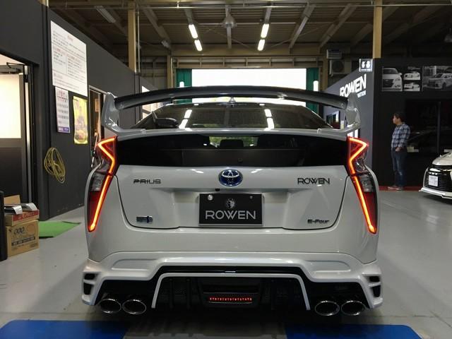 Toyota Prius   Czarne wieloramienne felgi kontrastują z białą karoserią, a wzrok przyciągaj również nakładek na progi oraz świateł LED. Nie podano informacji czy tuner zajął się układem napędowym.  Fot. Rowen