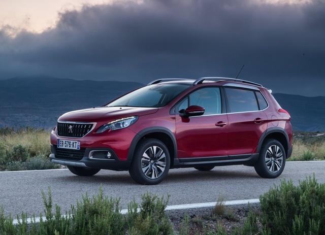 Każdy liczący się na rynku producent, który nie chce pozostawać w tyle za konkurentami, musi nadążać za pędzącym rynkiem i szybko zmieniającymi się trendami. Ostatnio w modzie są kompaktowe crossovery, które zaczynają wypierać tradycyjne auta miejskie. Poznajmy dwie, bardzo ciekawe propozycje. Oto Kia Stonic oraz Peugeot 2008.   Fot. materiały producenta