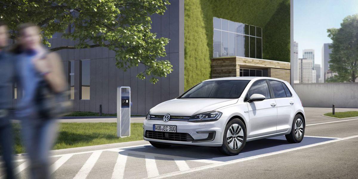 Volkswagen e-Golf   Dotychczas pojemność akumulatorów wynosiła 24,2 KWh, a po zmianach wzrosła do 35,8 kWh. Tym samym europejska odmiana auta może pokonać dystans około 300 km na jednym ładowaniu.  Fot. Volkswagen