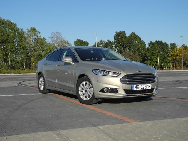 Samochody hybrydowe już na dobre zadomowiły się na polskim rynku. Jednym z takich modeli jest Ford Mondeo Hybrid. Auto jest nowoczesne i mało pali, ale zespół baterii ograniczył pojemność bagażnika / Fot. Wojciech Frelichowski