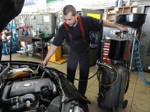 Olej silnikowy - pilnuj poziomu i terminów wymiany, a zaoszczędzisz