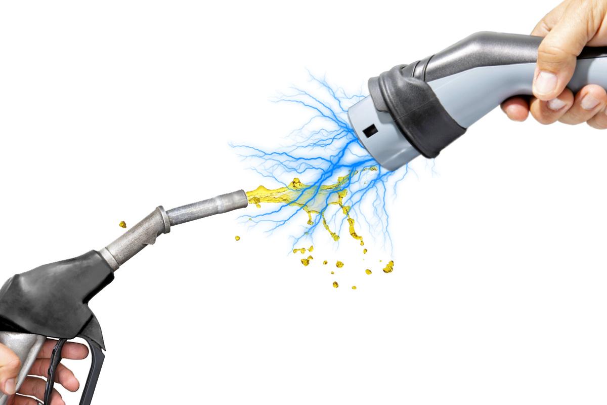Na rynku motoryzacyjnym trwa rewolucja. Elektryfikacja aut osobowych wydaje się być przesądzona. Wystarczy spojrzeć na średnioterminowe plany największych koncernów motoryzacyjnych. Zmianom wtórują regulatorzy prawni, sukcesywnie obniżając dozwoloną, samochodową emisję CO2. W okresie transformacji producenci prezentują kolejne modele hybryd typu plug-in, reklamując je jako samochody niemal idealne, tj. łączące zalety samochodu czysto elektrycznego (EV) w mieście i spalinowego w trasie, gdzie nadal skąpa sieć ładowania i względnie długi czas uzupełnienia energii, ograniczają praktyczność aut EV.  Fot. Archiwum