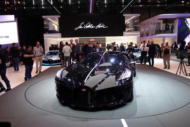 Bugatti La Voiture Noire   Za napęd odpowiada poczwórnie doładowany 8-litrowy silnik W16 produkujący 1500 koni mechanicznych i dysponujący momentem obrotowym 1600 Nm.  Fot. Ryszard M. Perczak