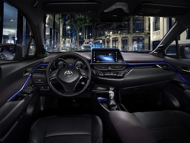 Toyota CH-R  Zorientowanie na kierowcę zainspirowało projektantów do skierowania konsoli centralnej z przełącznikami i 8-calowym ekranem dotykowym w stronę kierowcy. Prowadzący samochód ma w zasięgu ręki nowy system multimedialny z platformą nawigacji Multi-Media 16' oraz rozbudowanymi usługami łączności i wymiany danych.   Fot. Toyota