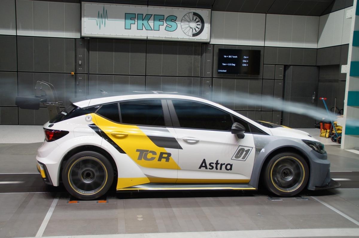 Opel Astra TCR   W porównaniu z seryjną krewniaczką Astrę TCR poszerzono do 1950 milimetrów — na więcej nie pozwala regulamin wyścigów. Zmodyfikowano również zderzaki, błotniki i boczne panele nadwozia. Przedni splitter i tylny spojler dachowy to dwa główne elementy tworzące siłę dociskającą.  Fot. Opel