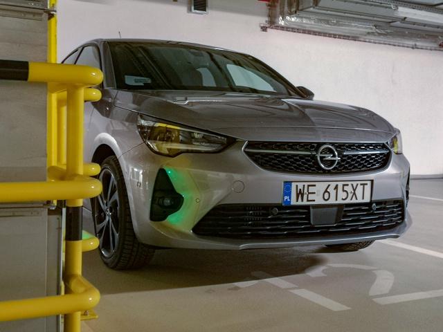 Chciałoby się napisać, że Opel Corsa jest niedocenianym bratem Peugeota 208, który notabene został Samochodem Roku 2020, ale na to jest zdecydowanie za wcześnie. A może się mylę i dzięki sukcesowi francuskiej propozycji, mały Opel osiągnie sukces? Na dwoje babka wróżyła. Ja wiem jedno – nowa Corsa przypadła mi do gustu.  Fot. Kamil Rogala
