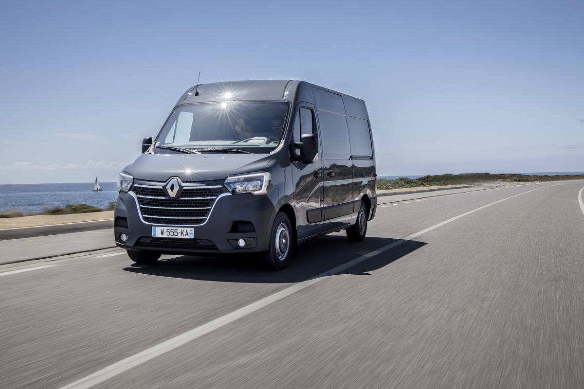 Master i Trafic to ważne modele dla Renault. Pierwszy z nich w ubiegłym roku znalazł się na szczycie rankingu sprzedaży samochodów dostawczych w Polsce (8945 egzemplarzy). Francuski producent jest również liderem sprzedaży aut do zabudowy. Aby podtrzymać wysoką pozycję rynkową, zdecydowano się na odświeżenie gamy tych dwóch modeli.  Fot. Renault