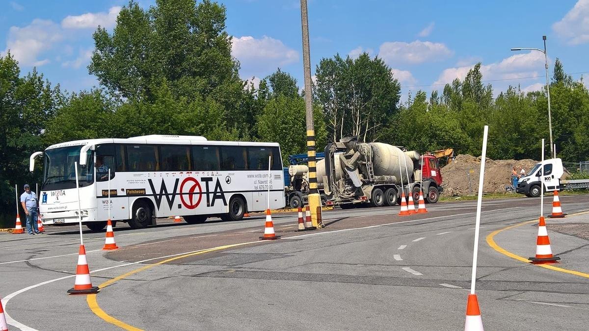 Ciężarówki i gruszki do betonu pracujące przy sąsiedniej budowie przejeżdżają przez plac manewrowy łódzkiego WORD-u. Czasem także w trakcie egzaminów. To utrudnia koncentrację zdającym.