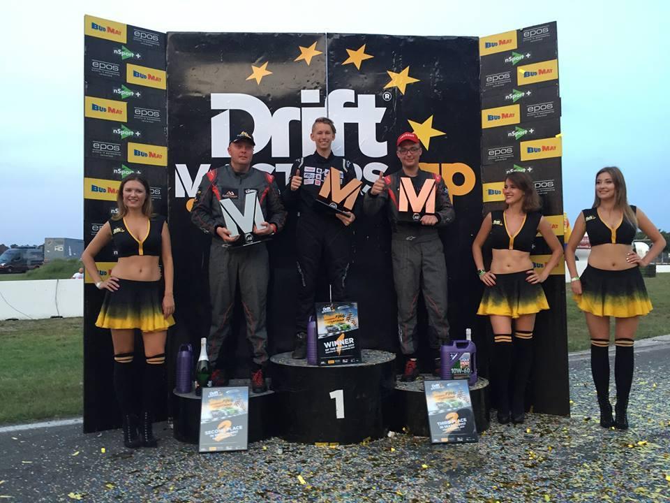 """W minioną sobotę na legendarnym torze Hockenheimring w Niemczech, doszło do ostatecznych rozstrzygnięć w najlepszej driftingowej lidze w Europie Drift Masters Grand Prix. Zwycięzcą DMGP w sezonie 2017 został 17-letni koszalinianin Adam """"Rubik"""" Zalewski. To najmłodszy triumfator ligi w jej dotychczasowej historii."""