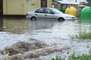 Samochód po powodzi. Auta popowodziowe trafią do Polski. To trzeba wiedzieć