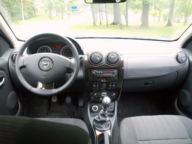 Szefowie koncernu Renault po dokładnych badaniach rynku i analizie sprzedaży na własnym podwórku zadecydowali o wprowadzeniu na rynek taniego SUV-a. Stworzyć go miała, specjalizującą się w produkcji niedrogich modeli Dacia. Przepis na  stworzenie taniej  wersji był prosty: sprawdzone podzespoły i niski  koszt finalny.  Fot. Bogusław Korzeniowski