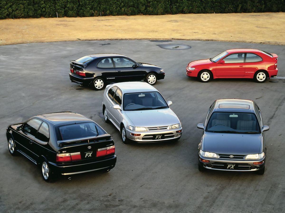Toyota Corolla   Japoński kompaktowy samochód codziennego użytku, który zmotoryzował świat, ma już 51 lat. Na całym świecie sprzedano ponad 45 mln egzemplarzy. W ubiegłym roku Toyota Corolla ponownie sięgnęła po tytuł najlepiej sprzedającego się samochodu na świecie. Powszechnie znane jest praktyczne oblicze Corolli oraz jej bezusterkowość. Ten model miał jednak kilka rasowych, sportowych odmian. Najbardziej rozpoznawalną jest legendarna Hachi-Roku, czyli AE86 z tylnym napędem.  Fot. Toyota