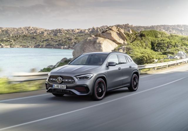 Mercedes GLA ma wyraziste ogólne proporcje z krótkimi nawisami karoserii. Przedni pas płynnie łączy się tu ze słupkiem A i wizualnie zwartą kabiną pasażerską. Fot. Daimler