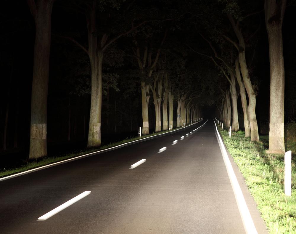 Bezpieczna jazda nocą  Jazda samochodem w nocy jest wyzwaniem nawet dla doświadczonych kierowców. Oprócz ograniczonego pola widzenia, kierowca musi poradzić sobie ze zmęczeniem, sennością oraz oślepiającymi światłami innych samochodów.  Fot. Skoda