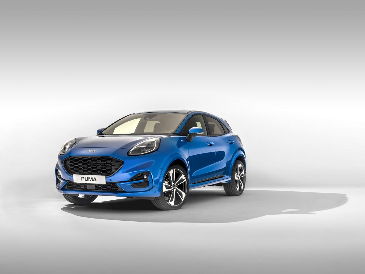 Ford Puma   Ford zaprezentował zupełnie nowy model Puma – kompaktowego crossovera zainspirowanego stylem pojazdów SUV.   Puma trafi do sprzedaży pod koniec roku. Będzie produkowana w fabryce Forda Craiova w Rumunii, w którą od 2008 roku Ford zainwestował prawie 1,5 miliarda euro.  Fot. Ford
