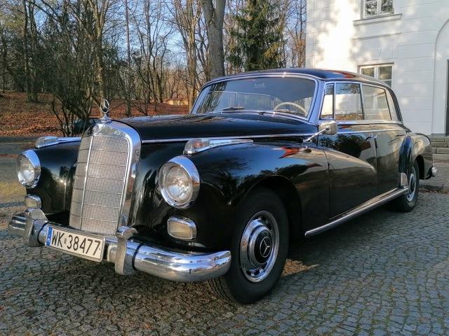 Podwarszawski dealer samochodów klasycznych, firma Classic Motors umieszcza w swojej ofercie prawdziwy pomnik historii polskiej motoryzacji. 60 letnia limuzyna, Mercedes-Benz 300d Adenauer, którą byli wożeni tacy oficjele jak Gomułka, czy Gierek jest obecnie dostępna na sprzedaż!  Fot. materiały prasowe