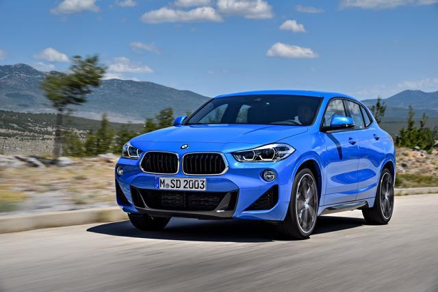 BMW X2   Auto mierzy 4360 mm długości, 1824 mm szerokości i 1526 mm wysokości, natomiast jego rozstaw osi to 2670 mm. Uwagę zwracają m.in. emblematy BMW na słupkach C oraz nowa stylistyka atrapy chłodnicy – nerki są tu (po raz pierwszy w nowoczesnym BMW) szersze u dołu niż u góry.  Fot. BMW
