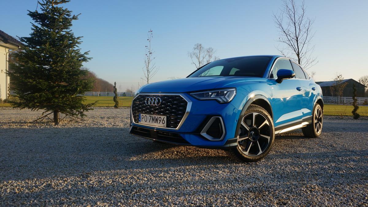 Audi Q3 Sportback  Audi Q3 Sportback w tym momencie oferowany jest z dwoma silnikami benzynowymi – 1.5 TFSI (nazwa modelu 35 TFSI), który produkuje 150 KM i może być zestrojony z manualną 6-biegową skrzynią lub automatyczną S tronic (z techniką mild hybrid) oraz 2.0 TFSI (45 TFSI) ze skrzynią S tronic z 230 końmi na pokładzie. W późniejszym terminie wprowadzone zostaną również silniki wysokoprężne o mocy 150 i 190 KM.  Fot. Konrad Grobel