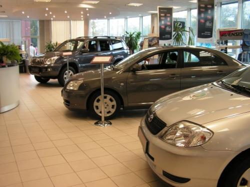 Fot. M. Pobocha: Spada sprzedaż nowych samochodów osobowych. W lutym klienci kupili o 11 proc. mniej aut niż w styczniu.