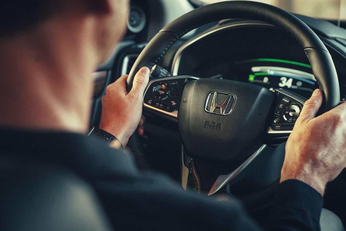 Honda CR-V Hybrid  Każda Honda CR-V wyjeżdżająca z salonu ma na pokładzie układ stabilizacji toru jazdy Vehicle Stability Assist (VSA®) posiadający funkcję kontroli trakcji. System ten zapewnia kierowcy większe możliwości kontrolowania zachowania pojazdu podczas przyspieszania, hamowania oraz pokonywania zakrętów. Innym ważnym rozwiązaniem jest zmodernizowany system monitorowania ciśnienia w ogumieniu (DWS).  Fot. Honda