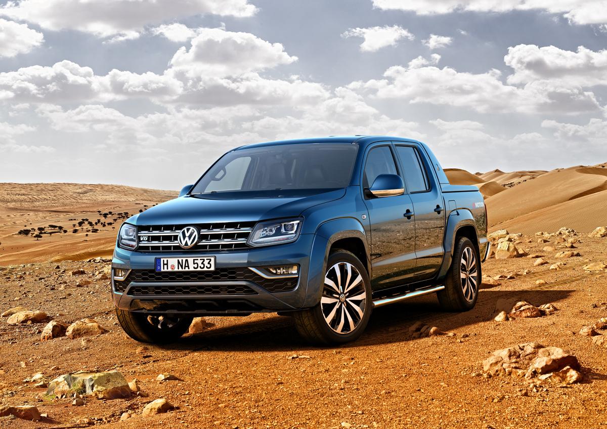 Volkswagen Amarok   Volkswagen Samochody Użytkowe wzbogaca ofertę Amaroka.  Za jego napęd odpowiada sześciocylindrowy widlasty silnik. Ma on pojemność trzech litrów, a więc o jeden litr większą niż dotychczasowa jednostka napędowa, uzyskuje maksymalny moment obrotowy o wartości 550 Nm i moc 165 kW/224 KM.  Fot. Volkswagen