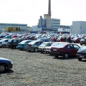 Fot.P. Jasiczek: Mieszkańcy okolic fabryki VW twierdzą, że samochody pozostawiane na placu przy zakładzie naruszają ich dobra osobiste.