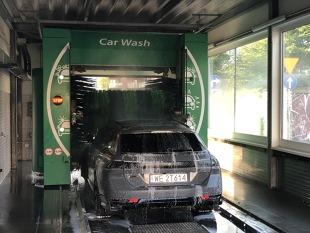 Myjnie samochodowe (ręczna, automatyczna, bezdotykowa). Którą wybrać? Wady, zalety i porównanie kosztów