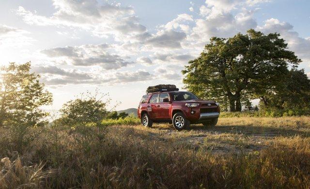 Toyota 4Runner  Nowe wersje specjalne TRD Off-Road i TRD Off-Road Premium są wyposażone w system Multi-Terrain Select i w blokadę tylnego mechanizmu różnicowego, sterowaną elektronicznie. Opcjonalnie można też wybrać system zmiennej sztywności amortyzatorów (Kinetic Dynamic Suspension System, KDSS).   Fot. Toyota