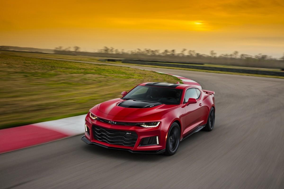 Chevrolet Camaro ZL1  Za napęd ZL1 odpowiada jednostka 6.2 LT4 V8, która dostarcza 640 KM mocy i 870 Nm maksymalnego momentu obrotowego. Silnik może zostać połączony z 6-biegową skrzynią biegów lub automatem o 10 przełożeniach.  Fot. Chevrolet